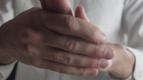 Chiuda sulle mani dell'uomo caucasico che è ansioso, nervoso e scomodo archivi video