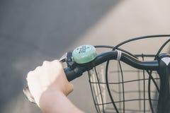 Chiuda sulle mani di una ragazza sul vecchio manubrio d'annata della bicicletta Immagini Stock Libere da Diritti