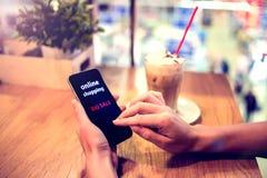 Chiuda sulle mani facendo uso dello Smart Phone mobile al caffè Acquisto in linea immagini stock