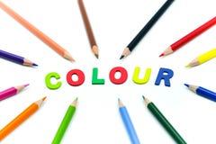 Chiuda sulle matite di colore con alphabe inglese di legno variopinto su w Fotografia Stock Libera da Diritti