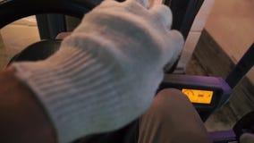 Chiuda sulle merci di distribuzione del lavoratore del magazzino in un deposito con il caricatore del carrello elevatore a forcal stock footage