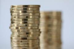 Chiuda sulle monete dei soldi Concetto del fondo di affari e di risparmio finanziario o di investimento con lo spazio nero della  fotografia stock