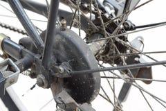 Chiuda sulle parti sporche della bici, parte della ruota posteriore della bicicletta Fotografia Stock