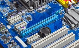 Chiuda sulle scanalature di PCI Express sulla scheda madre fotografia stock