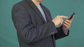 Chiuda sullo schermo commovente dello smartphone dell'uomo per la ricerca delle informazioni in Internet video d archivio