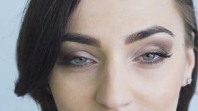 Chiuda sullo sguardo degli occhi di lampeggiamento e di apertura lentamente stock footage