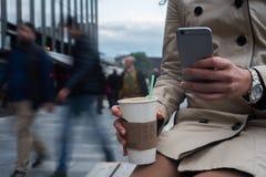 Chiuda sullo smartphone sulla via Fotografia Stock