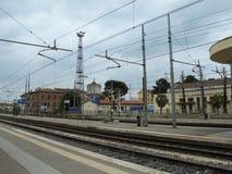 Chiusi, binario del treno dell'Italia e stazione Fotografia Stock