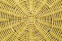 Chiuso su del fondo strutturato di vimini di colore giallo immagini stock libere da diritti