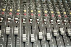 chiuso su dell'equalizzatore dell'aria/della console e bottone del tecnico del suono e Fotografia Stock