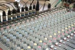 chiuso su dell'equalizzatore dell'aria/della console e bottone del tecnico del suono e Fotografia Stock Libera da Diritti