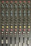 chiuso su dell'equalizzatore dell'aria/della console e bottone del tecnico del suono e Immagini Stock Libere da Diritti