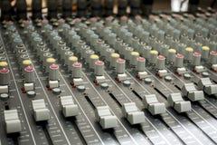 chiuso su dell'equalizzatore dell'aria/della console e bottone del tecnico del suono e Immagine Stock