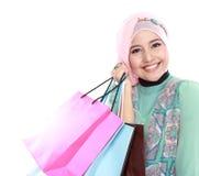 Chiuso su di giovane donna musulmana felice con il sacchetto della spesa Fotografia Stock