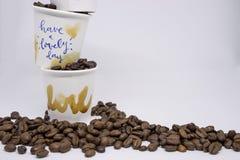 Chiuso su isolato due tazze asportabili del caffè macchiato impilate su, Han immagini stock