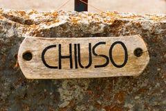 Chiuso - Zamknięty Podpisuje wewnątrz Włoskiego języka Obraz Stock