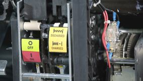 Chiusura dell'alta tensione dell'interruttore del circuito scarica Interruttore a contatto elettrico Parte di sottostazione ad al archivi video