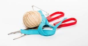 Chiusura lampo blu, forbici rosse e palla dei fili di beige con un perno Immagine Stock Libera da Diritti