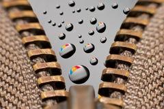 Chiusura lampo con le gocce di colore Fotografie Stock Libere da Diritti