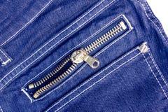 Chiusura lampo dei jeans isolata su fondo bianco Fotografia Stock