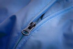 Chiusura lampo sul cappotto blu con struttura Immagine Stock