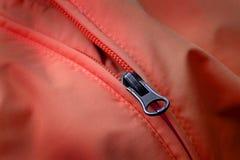 Chiusura lampo sul cappotto rosso con struttura Immagini Stock Libere da Diritti