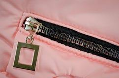 Chiusura lampo sulla tasca del rivestimento rosa per i bambini fotografia stock