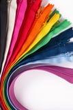 Chiusure lampo variopinte nei colori differenti su fondo bianco Fotografie Stock Libere da Diritti