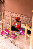 CHIVAY, AREQUPA,秘鲁-大约2013年:一只户外未认出的妇女出售手工艺大约2013年在Chivay,秘鲁 免版税库存图片