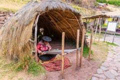CHIVAY, AREQUPA,秘鲁-大约2013年:一只户外未认出的妇女出售手工艺大约2013年在Chivay,阿雷基帕,秘鲁 免版税库存图片