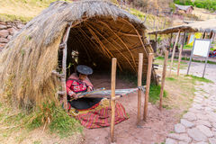 CHIVAY, AREQUPA, PERÚ - CIRCA 2013: Artes no identificados de la mujer de una mano de la venta adentro al aire libre circa 2013 e Imagen de archivo libre de regalías