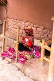 CHIVAY AREQUPA, PERU - CIRCA 2013: En oidentifierad kvinnaförsäljningshand tillverkar i det fria circa 2013 i Chivay, Peru Royaltyfria Bilder