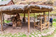CHIVAY, AREQUPA, PERU - CIRCA 2013: Nicht identifiziertes Mannverkaufs-Handhandwerk herein draußen circa 2013 in Chivay, Arequipa Stockfoto