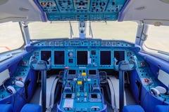 Chkalovski flygplats, Moskvaregion, Ryssland - Augusti 12, 2018: Överblick i pilots cockpit av passangerflygplanet Antonov AN-148 royaltyfria foton