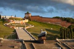 Chkalovtrede en de Toren van het Kremlin in Nizhny Novgorod, Rusland stock afbeeldingen