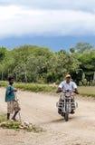 Chldi около человека с велосипедом Стоковая Фотография