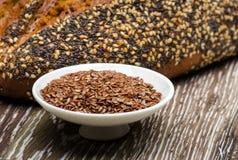 Chlebów flaxseeds i ziarna Fotografia Royalty Free