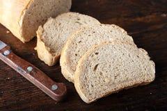 Chlebów plasterki na drewnianej tnącej desce Zdjęcie Royalty Free