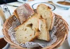 Chlebów plasterki w drewnianym koszu Zdjęcia Royalty Free