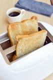 Chlebów plasterki w opiekaczu z kawą Zdjęcie Stock
