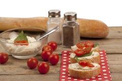 Chlebów plasterki z masło pomidorem i rozszerzaniem się Fotografia Stock