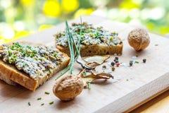 Chlebów plasterki z rozszerzaniem się, szczypiorkami, dokrętkami, pieczarką i condiment, Zdjęcia Royalty Free
