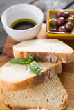 Chlebów plasterki z ziele na ciapanie desce Fotografia Stock