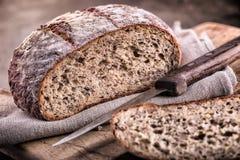 Chleb świeży chleb chlebowy domowej roboty tradycyjny Pokrojone chlebowe kruszki nóż i kmin Obrazy Royalty Free
