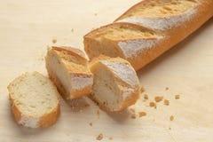 Chleb Świeży chrupiący baguette Na drewnianym stole fotografia stock