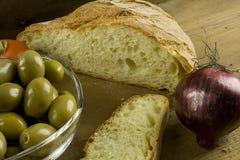 Chleb, cebule, oliwki i pomidory, zdjęcie royalty free
