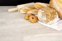 Chleb, Croissant, słodka bułeczka piekarni przyjęcia Czekoladowy śniadanie w domu Kulinarny jedzenie z Toczną szpilką na Drewnian zdjęcia royalty free