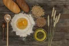 Chleb i piec z pikantność na kuchennym stole Obraz Stock