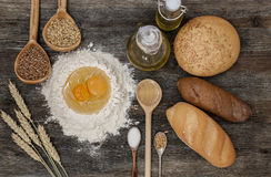 Chleb i piec z pikantność na kuchennym stole Fotografia Stock