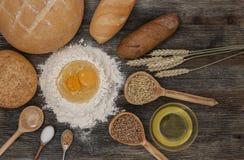 Chleb i piec z pikantność na kuchennym stole Zdjęcia Stock